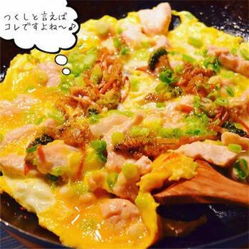 つくしの苦味を和らげてくれる卵とじです。鶏肉も入ってボリューム感もあります。背伸びをしない温かな家庭料理な雰囲気が、焼酎やビールなど、普段の晩酌のお供にぴったりですよ。