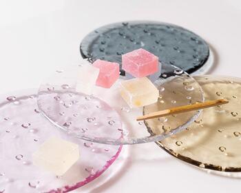 透明感のあるガラスの器は水玉模様が春らしく、可愛らしい。縁はないので、焼き菓子や和菓子をよそうのに素敵です。
