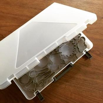 お菓子を作る際に使うクッキーの型や細々した調理器具は、書類ケースに入れて収納しませんか? 乱雑に入れておくとかさばるものは、書類ケースに入れて立てておけば、省スペース。