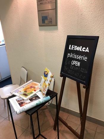 銀座6丁目にある「LESOLCA(レゾルカ)」は、知る人ぞ知るチーズケーキの名店。エレベーターを降りると小さな看板が出迎えてくれます。もともと通信販売のみでしたが要望に応えて、厨房の一部を開放し店頭販売を始めるようになったそう。