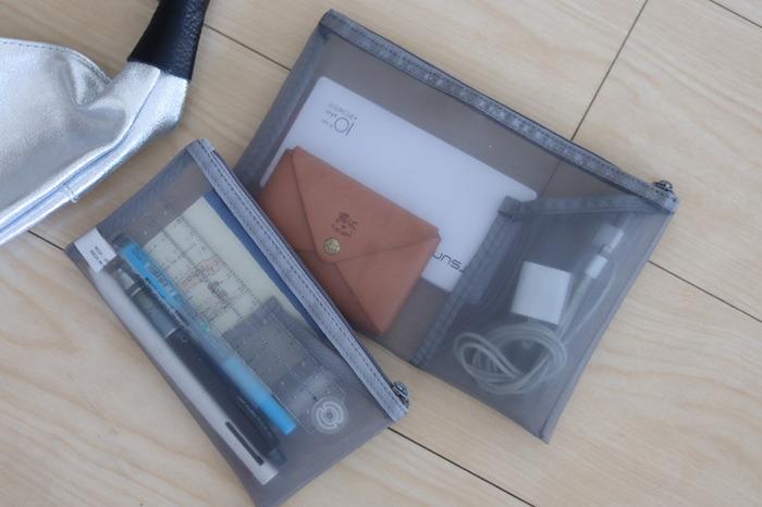 バッグの中でバラバラになりがちな小物類を管理するのに便利な、無印良品のナイロンメッシュケース。程よく中身が見えるので、何が入っているかわかりやすいのはもちろん、内側にポケットが付いているケースは、更に分類して収納できます。 大きめのケースには、充電器やイヤホンなど。小さめのケースにはペンや定規などの文具入れに。