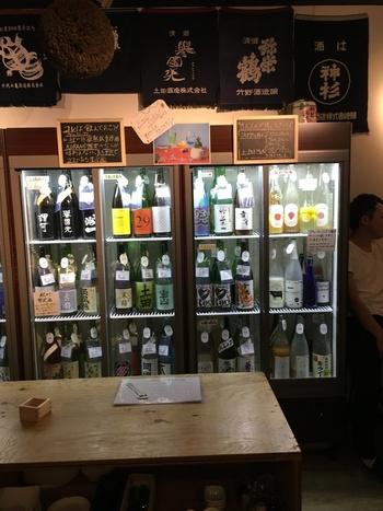 こちらのお店では、100種類の日本酒を飲み比べることができます。しかも、3000円払えば時間無制限で心ゆくまで飲み比べるができるんです。