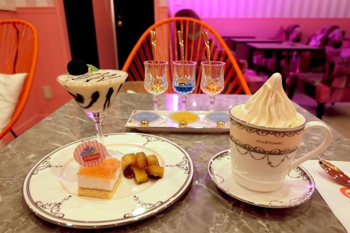 こちらのお店では、リキュールと一緒に大人のスイーツを食べることができます。画像は、季節限定のメニュー。クレミアソフトクリームにリキュール3種類と、ケーキのプレート。見た目も内容も豪華なセットです。