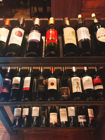 こちらのお店では、1990円で時間無制限のワイン飲み放題ができるんです。ワイン好きにはたまりません。泡、白、赤が80種類用意され、早い時間に行くとあのモエシャンドンも飲めるとか…♪