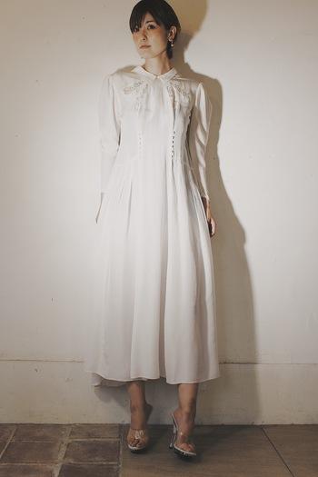 こちらは1930年代のヴィクトリアンドレスで、非常にコンディションの良いものです。大切に受け継がれてきた想いをそのままに感じることができる逸品ですね。  現代でも映える、優雅で気品を感じる一着です。ヴィンテージアイテムの良さを体感できるドレスです。