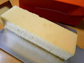 1番人気の「幻のチーズケーキ」は、ネット通販で10分間で2,000本売れたこともある看板商品です。たっぷりのクリームチーズを使用し濃厚ですが、口当たりはさっぱりしていてふわっと軽い食感が特徴。