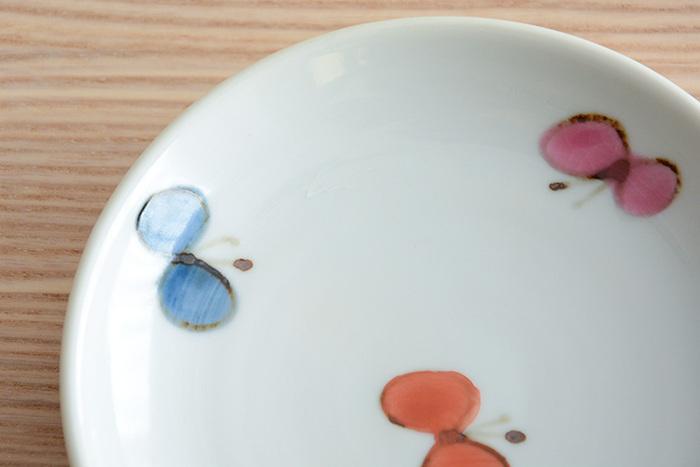 無色透明なので、白い素地を生かした絵付けの上からかけて、仕上げることもできます。  透明釉に鉄や銅といった着色剤を混ぜることで、さまざまな色釉として使うことも。釉薬としては使いやすいもののひとつです。