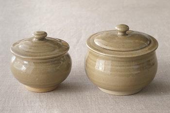 もっともベーシックな釉薬が、透明釉(とうめいゆう)です。  長石と灰などを原料として作られた光沢のある透明な釉薬です。素地や化粧土の色をそのまま表すことができます。