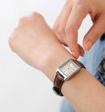 すっきりとしたスクエアの文字盤がシックな腕時計です。高級感のあるクロコダイル型押しのレザーベルトを合わせた、オフィス使いにもぴったりのスマートなモデル。