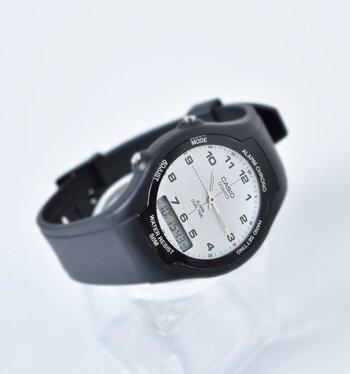 アナログ&デジタルのシンプルなデザインが魅力の腕時計。見やすさを追求した文字盤はすっきりと無駄がなく、落ち着いた印象。クールな印象のモノトーンのカラーリングも魅力的です。