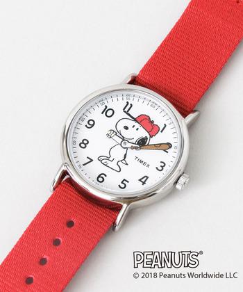 TIMEXとPEANUTSのコラボレーションウォッチが登場。文字盤に描かれたスヌーピーがキュートですね。キャラクターの腕が動くことで時刻を知らせてくれる愛らしいデザイン。