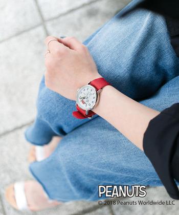 あざやかな赤のナイロンベルトに大き目の文字盤で、カジュアルコーデとの相性バツグン。身に着けるだけで元気になれそうな腕時計です。