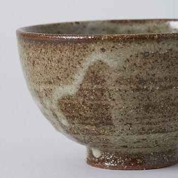 灰釉(はいゆう 又は かいゆう)とは、草木の灰類を媒溶剤とした釉のこと。窯の燃料である木の灰がかかって生まれる、自然釉です。日本の釉薬の歴史は、このような自然釉から始まったとされています。  こちらは、信楽焼の特色である、暗緑色の灰釉が見事なお茶碗。
