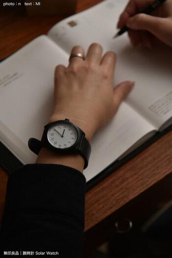 スッキリと見やすい大き目の文字盤。黒・白・グレーのベーシックな色の展開で、どんなファッションとも合わせやすいオールマイティーさが魅力です。