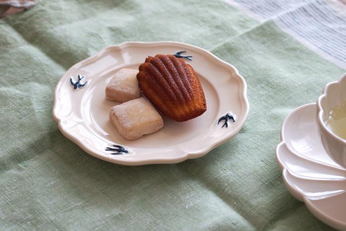 ぽったりとした優しい印象のシルエットのお皿に、ツバメのデザインが可愛らしいお皿です。清楚で華やかな作りだから、テーブルがほんのり華やぐ。