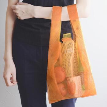 まるでレジ袋のような形状で、遊び心のあるマイバッグ、その名も「コンビニバッグ」。