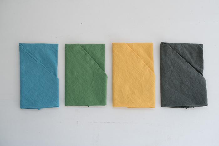 水色、緑色、黄色、墨色の4色展開で、どんなお洋服にも合わせられるナチュラルで優しいお色です。マイバッグとして使うのはもちろん、かごバッグのインナーバッグとして使うのもおすすめ。