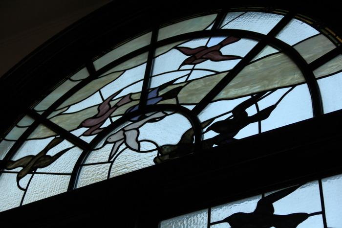 """邸内の中で見逃せないのは、やはり""""ステンドグラス""""。  当邸のステンドグラスを製作したのは、米国ティファニー社で修行を積んだ、工芸家・小川三知(おがわさんち/1867-1928)。大正から昭和初期に活躍した人物で、日本におけるステンドグラスの草分け的な存在です。日本画家・橋本雅邦に学んだ三知らしく、どの作品も日本の情緒が感じられるのが特徴的です。"""