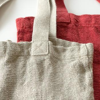 品質の良い最上級のフレンチリネンを使ってつくられた、ちょっと贅沢なマイバッグです。フランス北部で栽培された亜麻から作られた、しなやかで柔らかい肌触りのリネン生地。独特のシャリ感を楽しめます。