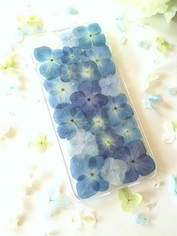 あじさいのブルーがとっても綺麗です。 季節のお花をふんだんに使って。シーズンごとに着せ替えてアレンジを楽しむのもいいですね。