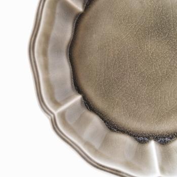 「貫入」は焼き物の作成途中で入る細かい釉薬のヒビのことで、味わいのある表情を感じさせる仕上がりとなります。  素地と釉薬では、膨張率や収縮率が異なり、熱をくわえたり、冷ましたりする過程でヒビになって固まったものが貫入となります。