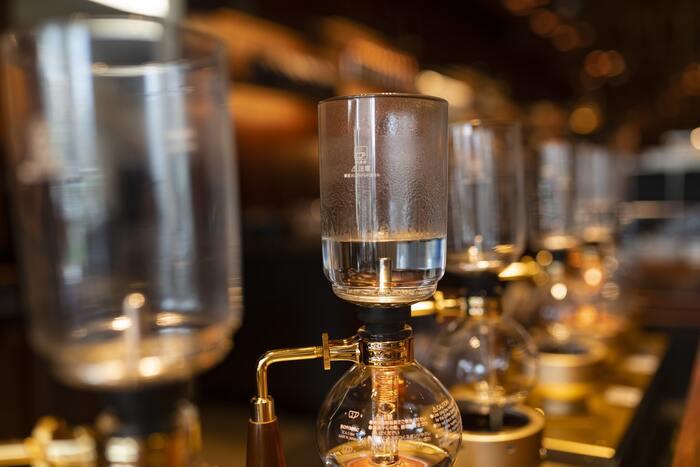 フラスコ内の気圧の変化を利用して抽出する方法です。高温状態で作られるので、香り高いコーヒーに仕上がります。雰囲気がありインテリアとしても映えますが、メンテナンスや掃除には手間がかかるのはやや難点ですね。