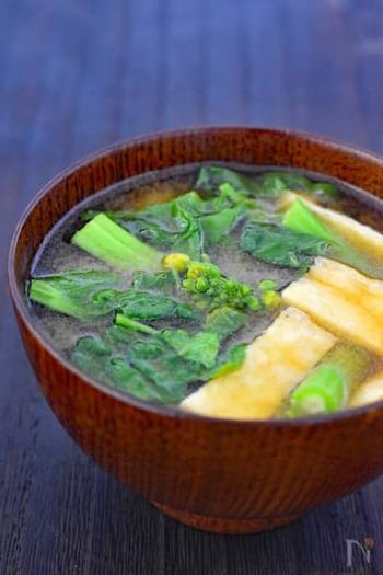 菜の花のグリーンが鮮やかなお味噌汁。栄養を汁ごといただけるのがうれしいですね。煮込みすぎると苦味が強くなるので、食べる直前に仕上げましょう。