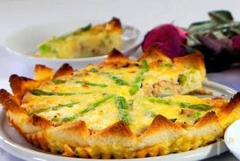 アスパラを使ったパンキッシュは、サンドイッチ用のパンを台にしています。柔らかくておいしい旬のアスパラは、根元部分は輪切りにして、残りは放射線状に大胆に並べて。イエローとグリーンが美しい、春のお花畑のようです。