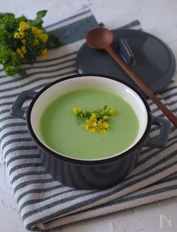ゆでて薄皮をむいたそら豆を牛乳と一緒にミキサーかけます。それをお鍋で温め、コンソメと塩コショウで味を調えたらできあがり。グリーン色が爽やかなスープです。