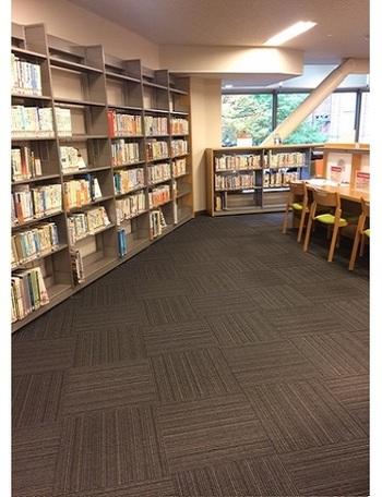 閲覧席は300席ほど。こちらは3階の図書フロア。デスクのある席のほかに、窓に面してアームチェアのあるコーナーも。 館内では、蓋つきの飲み物に限って持ち込みが許されています。