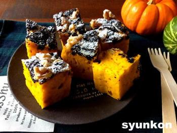 鮮やかなイエローが美しいかぼちゃのケーキには、トップにオレオをアレンジして、おめかししています。ざくざくとした食感としっとりやわらかな食感の両方を楽しめるおやつケーキです。