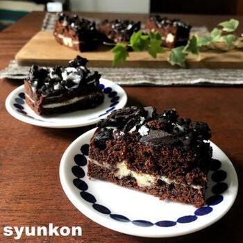 レンジで仕上げたスポンジケーキをスライスして、ショコラクリームをはさみました。簡単なのに、ゴージャスに見えるので、手土産として作っていくのもおすすめのレシピです。