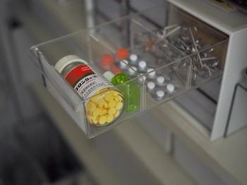 引き出しが9つあるニトリのレターボックス。透明なので、中のものが把握しやすいというメリットも。 ひとつひとつの引き出しに仕切りが付いているので、小物を分別するのに役立ちます。