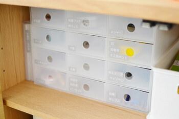 文具や電池、その他細々としたものを収納するのに便利な、無印良品のポリプロピレン小物収納ボックス6段。 こちらの商品は、縦にしても横にしても使えます。ジャンルごとに分けてラベリングして。