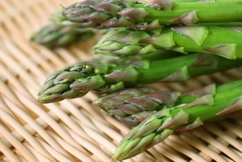 アスパラが最もおいしいのは、春から初夏にかけて。栄養的にも、代謝を促すといわれるアスパラギン酸や、フラボノイドの一種のルチンなどが含まれます。ゆでてサラダにしたり、ソテーや揚げ物にするのもおすすめ。