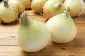 乾燥させていない新玉ねぎは、フレッシュで辛みが少ないのが特徴。サラダやドレッシングなど生食にも適しています。また、とても柔らかいので、まるごと料理するなどいつもとは違った楽しみ方ができます。