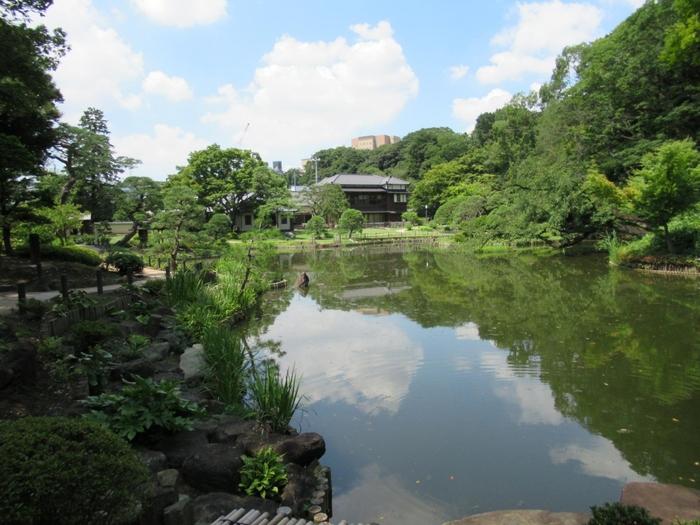 高級住宅街としての印象とは裏腹に、「音羽・目白台」の文化施設は、概ね無料で入場でき、有料であっても、リーズナブルな料金設定です。日がな一日、あちらこちらと立ち寄っても、懐に負担をかけずに、散策が楽しめます。 【入園無料の「文京区立肥後細川庭園」】