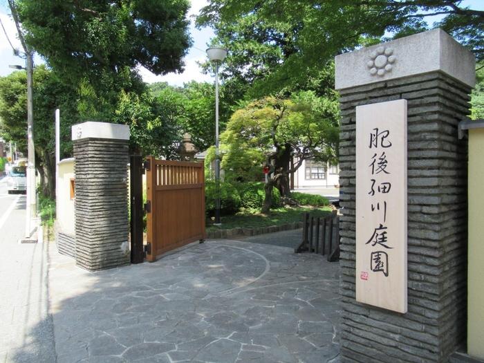 """「文京区立肥後細川庭園」は、幕末に肥後細川家の*下屋敷の庭園を利用して誕生した""""入場無料""""の公園です。 【「肥後細川庭園」正門】  (※下屋敷とは、別荘のようなもの。細川家の""""上屋敷(本宅)""""は、現在の東京駅丸の内北口辺り。「丸の内OAZO」は、その跡地に建てられたもので、エントランスホールには、屋敷の配置を示した線刻がデザインされている。)"""