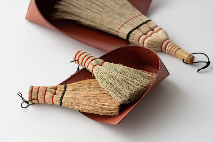 大小二つのほうきとはりみは卓上と床で使い分けられる。はりみは厚紙に柿渋が塗ってあり、軽くてしなやかな使い心地。