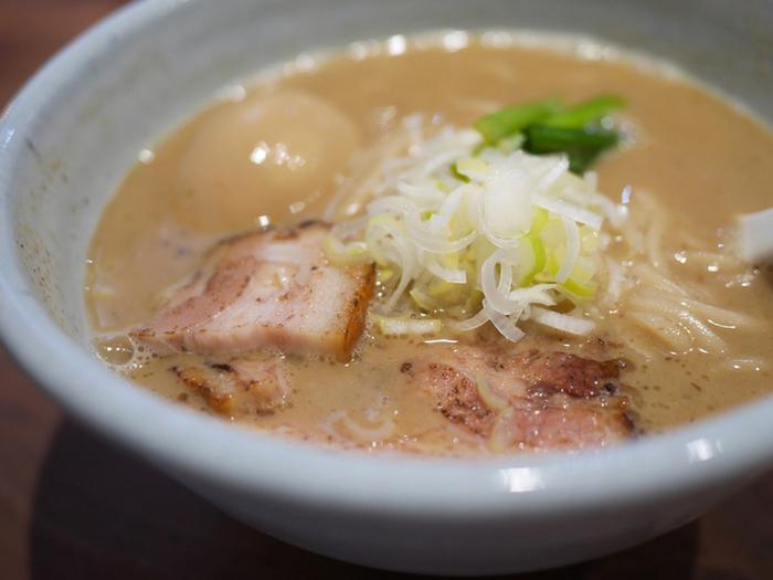 京都では知る人ぞ知る人気のラーメン店、麺や高倉二条。おしゃれな店内で女性にも人気です。しっかりにんにくが効いた、こだわり抜かれた魚介豚骨のラーメンです。地下鉄「丸太町駅」「烏丸御池駅」から徒歩6分。