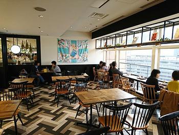 運営しているのは、関東に多い本屋さん「有隣堂」。  雑貨も本も販売しているスペースに、カフェも併設されているという、新形態のお店です。