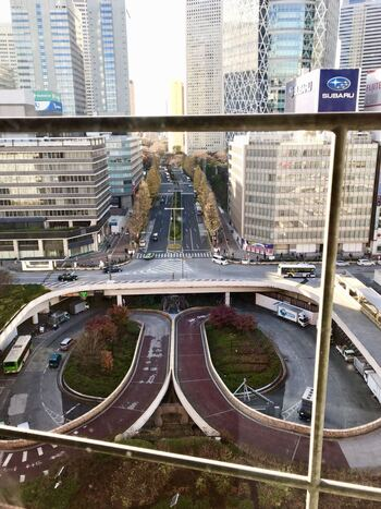 STORY STORY 新宿のさらなる大きな魅力・・・それは、この景色です。  ぐるっとしたこの道は、新宿駅西口広場のロータリー! 建築家・坂倉準三が手掛けたもので、1966年竣工。建築好きな方におすすめのフォトスポットです。