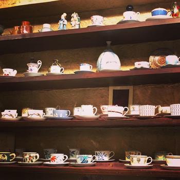 壁面には、コーヒーカップのコレクションがずらりと並び、目を楽しませてくれます。