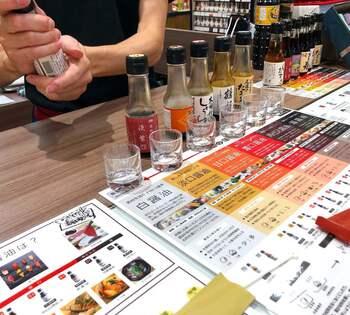 お醤油といっても、色の濃淡や味わいなどさまざま。お試しもできるので、どれにしようか迷ったらお店の方に相談してみましょう。