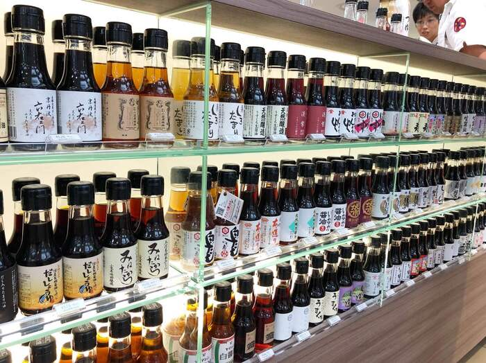 松屋銀座のB2Fにある「職人醤油」では、日本各地にある100種類以上のお醤油を取り扱っています。販売されているお醤油は、すべて100mlに特化しているので、大きなボトルを買って使い切れないということもありません。