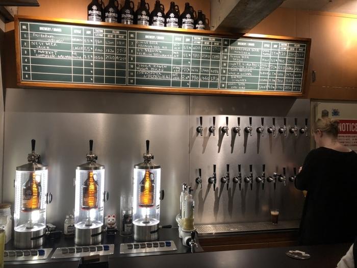 下北沢の「TAP&GROWLER(タップ&グロウラー)」は、クラフトビールを量り売りする専門店。全国のブルワリーから直接仕入れたクラフトビールを、リユースボトルにオーダーごとに詰めてもらうことができます。