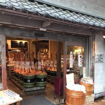 昔ながらの量り売りといえば、お味噌。「佐野みそ 亀戸本店」では、60種類以上あるお味噌を好きな量だけ購入できます。
