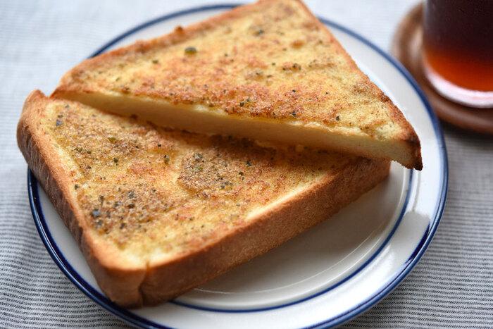 レシピサイト「白ごはん.com」のオリジナル商品、だしブレンド。こちらは、だしを取った後のだしがらも余さず利用する展開レシピ、だしがらマヨトースト。パンがこんがりするまで、しっかり焼くのがポイントです。