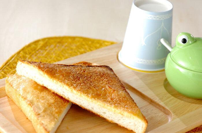 食パンにビスケ生地を塗って、メロンパン風に焼き上げた新食感トースト。外側サクサク、優しい甘さと香ばしさが絶妙です。