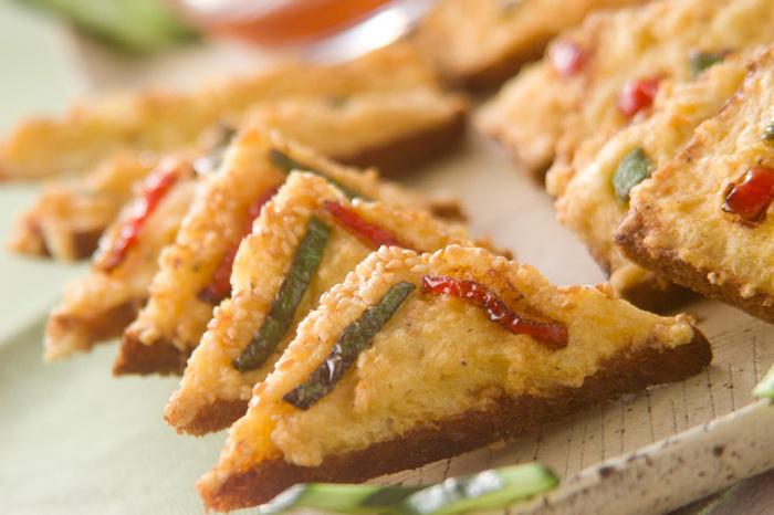 エビ&イカペーストにピーマンやきゅうりカラフルな野菜をトッピング。食パンはサンドイッチ用など薄切りタイプが使いやすくて便利。片手で食べられるフィンガフードは気軽なホームパーティーにも喜ばれそう。
